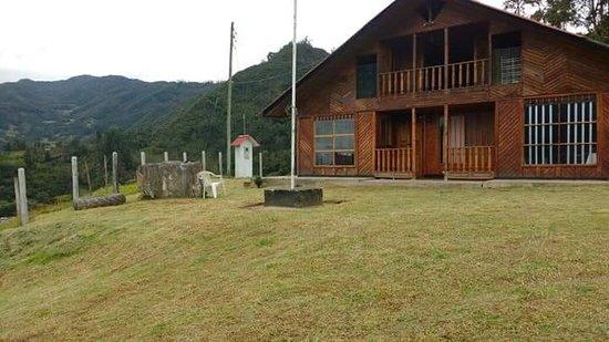 Gama, Kolumbia: Fachada de la cabaña El Bejuco  dos plantas trece habitaciones ,cuatro baños