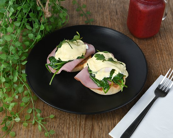 Cafe Berlin: Eggs Benedict with Ham & Spinach