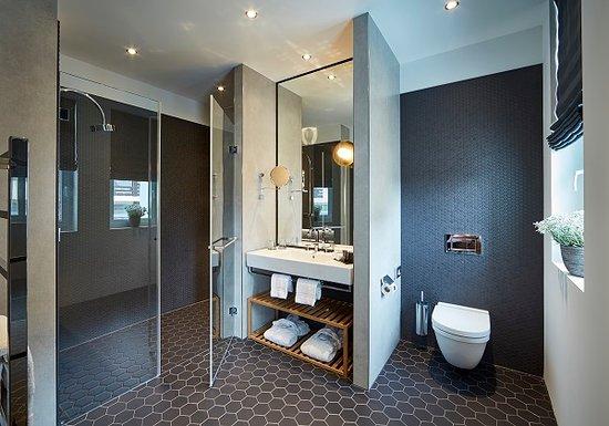 Hard Rock Hotel Davos: Badezimmer im Superiorzimmer mit Regendusche