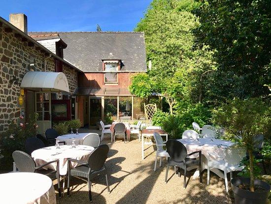 Hede, France: La terrasse aux beaux jours, soleil et ombre ☀️