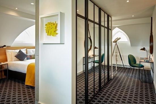 Hard Rock Hotel Davos: Rock Suite King Gold Schlafzimmer und Schreibtisch, begehbarer Kleiderschrank
