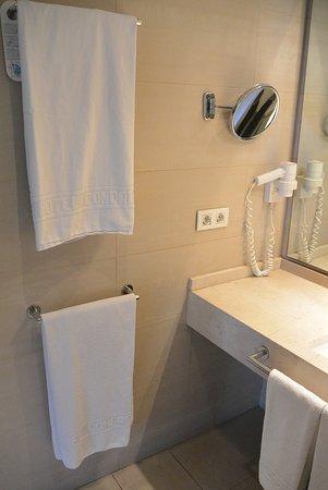Condado Hotel Barcelona: Towels and mirror