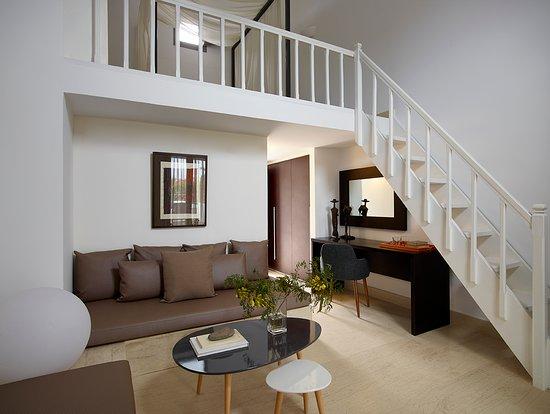 9 Muses Santorini Resort: Superior Suite, bi level, living room