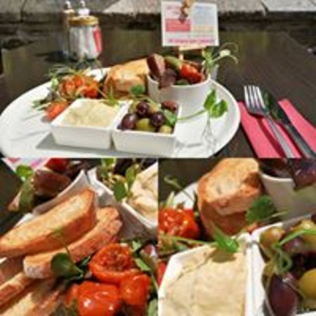The East Gate Cafe & Brasserie: Mezze Madness sat outside next to the River Tavy