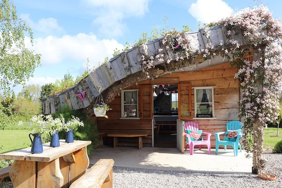 The Glamp House - our communal glamper's kitchen & dining cabin.  Offers cooking facilities & space to sit & eat.   *2 x 4 ring gas hobs *BBQ deck wih gas BBQ *microwave *Fridge/freezer *kettles *toaster *Pots, pans & utensils *Crockery & Cutlery  There is no conventional oven