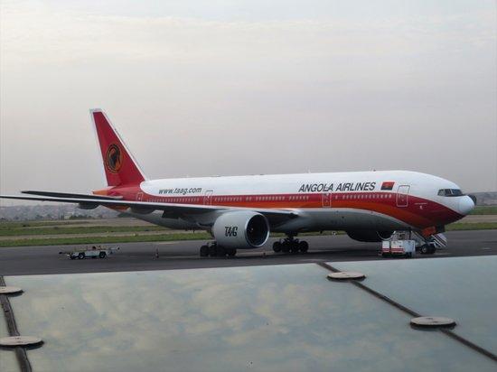 TAAG Angola Airlines: Um avião da mesma frota, no aeroporto.