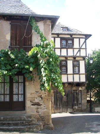Previnquieres, ฝรั่งเศส: le village médiéval de Prévinquières