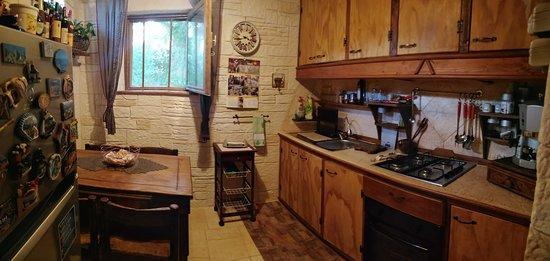 Ceglie Messapica, Taliansko: La cucina è accessoriata, completa di forno, frigorifero, macchina del caffè e suppellettili