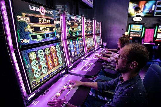 Bingo Gorrion: Bingo Gorrión cuenta con los más exitosos juegos de vídeo bingo, máquinas con juegos multi-cartones, los últimos modelos Blackwave de Zitro, las Tarvos de Metronia y las doble pantalla de la firma FBM.