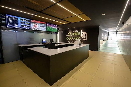 Bingo Gorrión tiene una nueva y moderna zona de máquinas. Una renovada sala que cuenta con una segunda admisión por la calle Belando y que ha sido totalmente transformada para disfrutar de una oferta aún más amplia de todo tipo de máquinas.