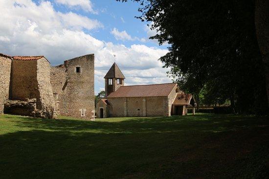 La chapelle romande date du 12é Siècle et son décor intérieur de 1850