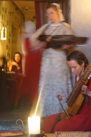 Olde Hansa: ハーディ・ガーディーの演奏。