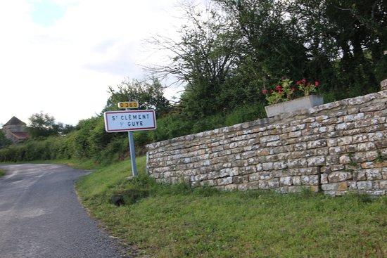 A 5,9 km de Genouilly se trouve le village de Saint Clément sur Guye