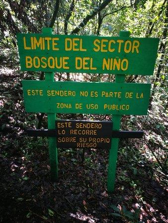 Reserva Forestal Grecia Sector Bosque del Nino: este rotulo sigues derecho llega a la cascada