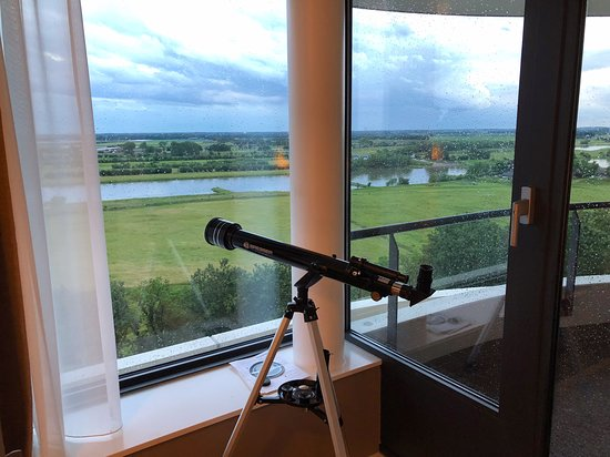 Riante kamer, met ruim balkon en lekkere hangstoel.
