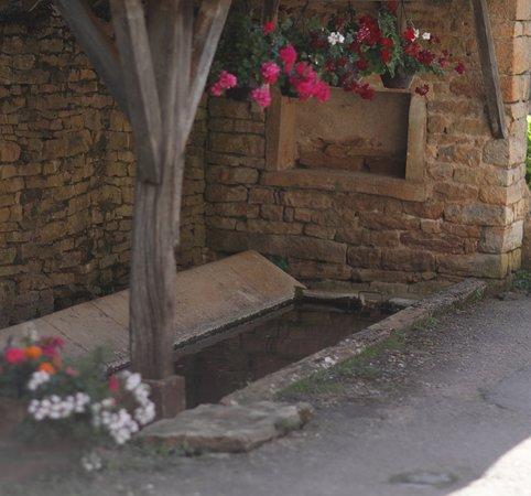 Balleure, commune d'Etrigny - Le lavoir, intéressant car il y a de l'eau