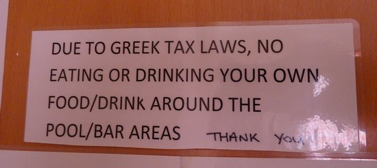 Paradise Hotel Studios and Apartments: Sign explaining you cannot eat your food you purchased for this Self Catering Complex. Be aware any Greek Resident from the Sidiari Area can use the pool and they bring their own food and drink.