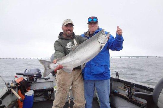 Fornisco viaggi charter di pesca fuori Astoria Oregon sul fiume