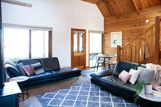cottage lounge/dining area