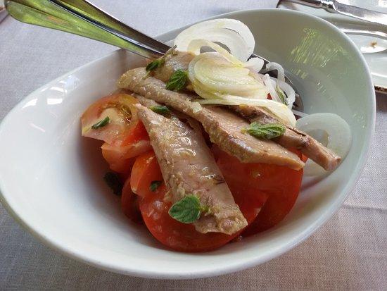 Manjares muy bien aliñados: tomates de temporada, ventresca y cebolletas. Una delicia.