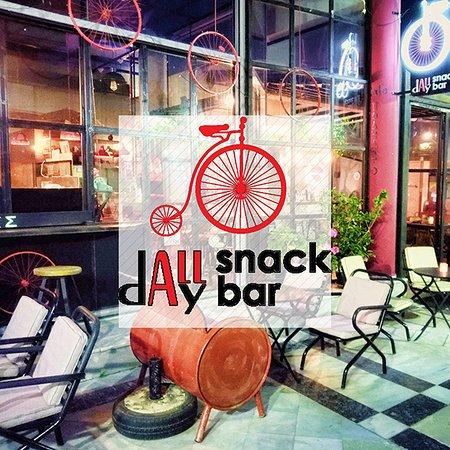 Τι είναι το Podilato Cafe Snack Bar? Είναι ο φιλόξενος και ζεστός χώρος που μπορείτε να απολαύσετε από τις πρώτες πρωινές ώρες καφέ αρίστης ποιότητας, πρωινό ή brunch –ανάλογα το τι προτιμάτε- ξεχωριστά μεσημεριανά, βραδινά πιάτα συνδυάζοντας τα με κάποια απο τα υπέροχα κοκτέιλ μας. ⏰ 08:00 - 02:00 📞 2106627462 🏦Γεωρ. Παπασιδέρη 8, Κορωπί