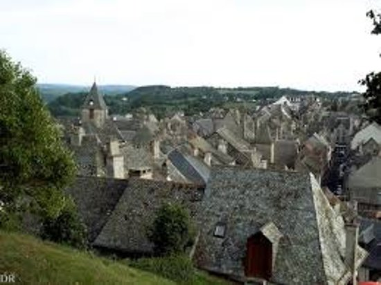 Mur-de-Barrez, Frankrike: vue sur les toits et le clocher