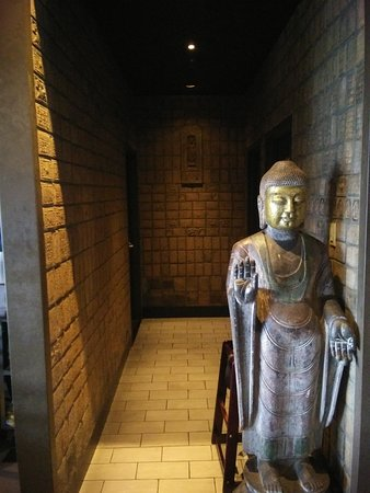 Statue leading to restrooms