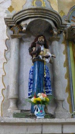 Os santos com roupas coloridas e tradicionais.