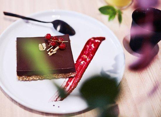 Notre tarte au chocolat avec un fond de tarte noisettes/amandes torréfiées...