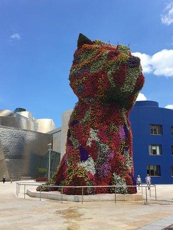 "Der ""Blumenmops"" mit über 40.000 Blüten vor dem Guggenheim Museum Bilbao"