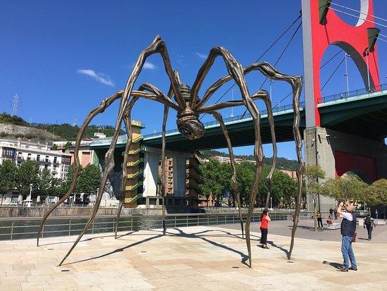 Guggenheim Museum Bilbao: Die berühmte Spinne an der Flussseite des Guggenheim Museums Bilbao