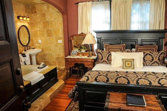 Black Walnut Bed and Breakfast Inn: The Ivy Garden Room