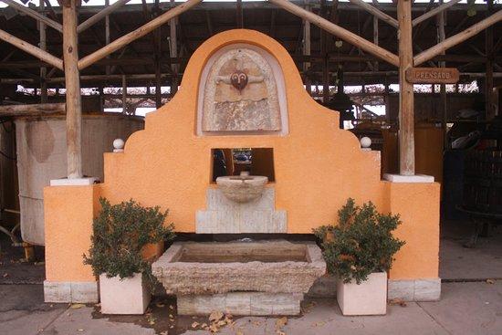 Albardon, الأرجنتين: Fuente il miracolo que recibe a los visitantes en la pequeña bodega.