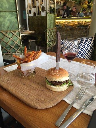 Le Hamburger accompagné des ses frites maison...