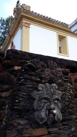 Detalhe da carranca da fonte ao lado da Capela de Nossa Senhora do Pilar