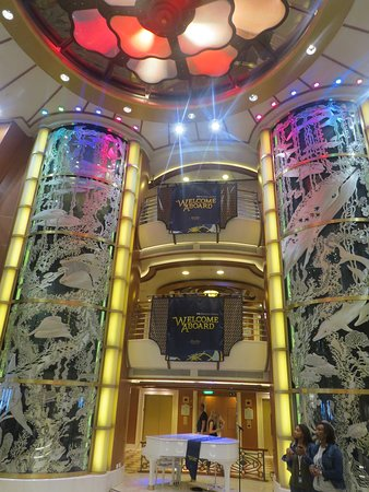 Caribbean Princess: Central atrium
