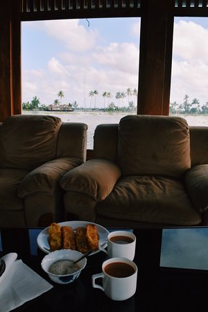 Angel Queen Houseboats: Afternoon chai and banana fritters in the lounge
