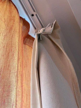 Ganchos de las cortinas descolgados. (Part.2)
