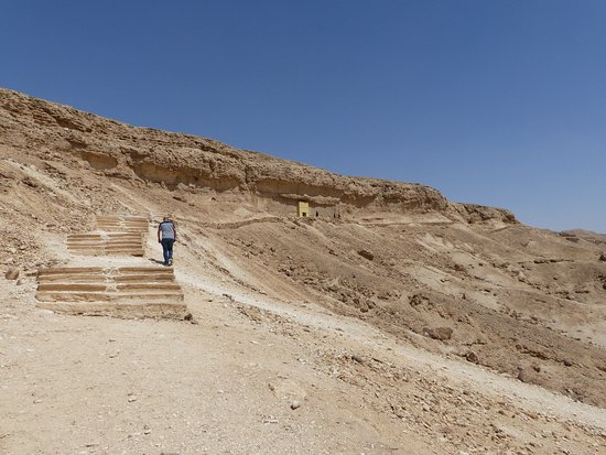 The climb up to the northern tombs