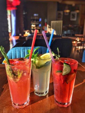 Cafe GOGOL-Mogol:  🔹Взбодриться даже в самый жаркий день помогут вкусные и освежающие напитки!  🔹Наши искусные бармены приготовят для вас домашние лимонады:   🍹Грейпфрут-розмарин  🍹Мята-маракуйя  🍹Клубника-огурец  __________________  📍ул. Гоголя д. 7  ☎️ 8(8112)20-15-25