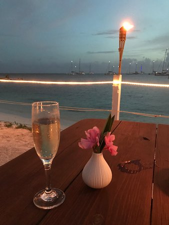 Anegada Reef Hotel: Beachside dining is just heavenly!