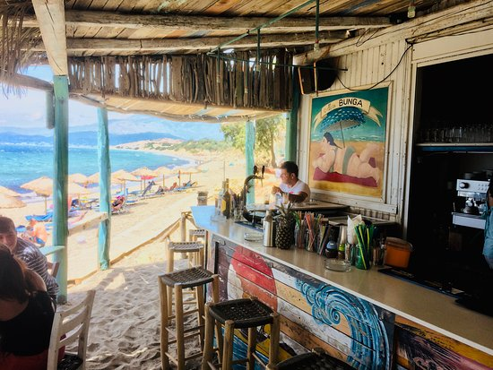 """Kamilari, Kreikka: CRETE. IF THE MOUNTAINS CALL. . . . . . but the beach is too close. Komos Beach at lunchtime let you relaxe and enjoy the """"Bunga Bunga Bar"""", but the trails on the still snow-covered Psiloritis on the horizon are still tempting."""
