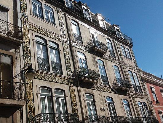 Fachada do Edificio na Rua das Janelas Verdes, 70-78