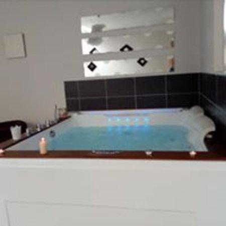 Saint-Gildas-des-Bois, Francja: petit gîte romantique dans un endroit calme avec jacuzzi à volonté
