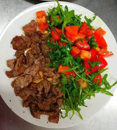 Carne di cavallo con insalata di pomodoro & Rucola  Old Bank Pub  Hamburger