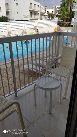 Окна выходили на бассейн