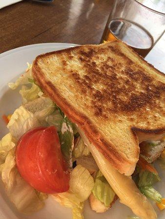 Horroroso!!! Sándwich vegetal compuesto por lechuga, un espárrago y dos trozos de tomate de ensalada que ni se molestan en cortar más fino, ahh y tres trozos de maíz que caerían de la ensalada que cogieron los ingredientes... decepcionante. Y el trato del camarero pésimo.
