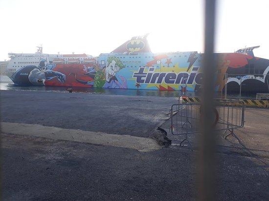 Civitavecchia Port: Il Bat-Traghetto della Tirrenia!