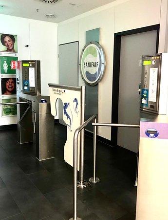 acceso a los baños de la EUROPA GALERIE en el tercer piso por escalera, cerrados con llave pero el servicio SANIFAIR traga tu moneda igual.