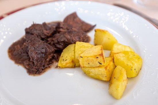 Stracotto di Fassone al Barbera con patate al forno